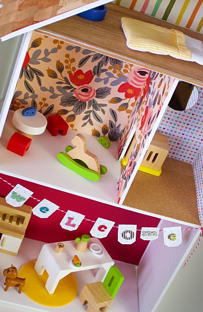This miniature DIY dollhouse tutorial is sure to be a hit with your kids. Spark their creativity by letting them help design the interior and exterior, including, the furniture, flooring, wallpaper, and kitchen.