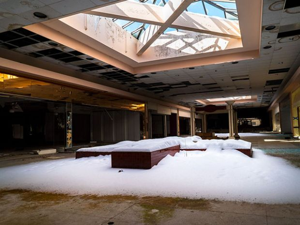 10 Haunting Photos of a Snow-Filled Abandoned Mall