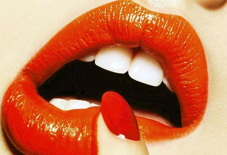 Il rossetto arancione sta bene a tutte! Il rossetto arancione è il vero must per la bella stagione, è perfetto per tutte le carnagioni e sulla pelle abbronzata è ancora più glam