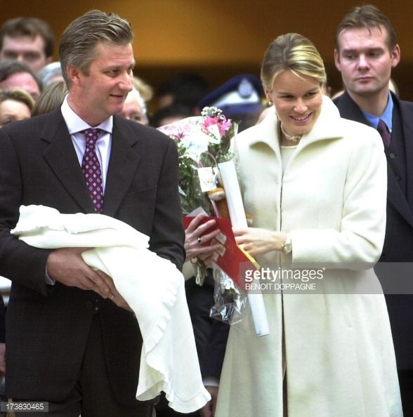 prince-philippe-princess-mathilde-and-their-newborn-daughter-princess-picture-id173830465 (588×594)