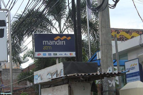 ATM Mandiri neonbox Bank Mandiri merupakan salah satu Bank yang memiliki mesin ATM yang terbanyak di Indonesia. Di Kota Serang sendiri terdapat puluhan mesin ATM yang bisa nasabah gunakan untuk melakukan transaksi Bank. Lokasi ATM Mandiri di Kota Serang tersebar di tempat-tempat umum, tempat keramaian, dan tempat-tempat yang sering orang kunjungi. Meskipun begitu, banyak diantara kita yang kesulitan mencari lokasi ATM Mandiri di Kota Serang.