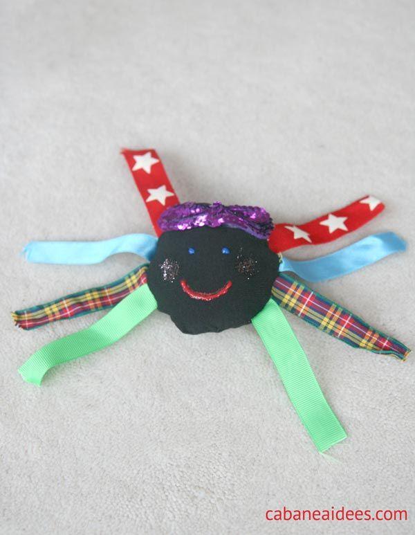 Couture pour enfant : l'araignée d'Halloween  Une autre utilisation des assiettes en carton. Ma fille a adoré !