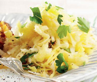 Sesamdressad råkostsallad är en härlig sallad att servera vid sidan av för att komplettera en måltid. Blanda ner kålrot, rättika och persilja och toppa med en dressing av ingefära, spiskummin, limejuice, soja, oliv- och sesamolja.