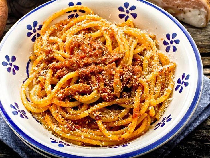 """""""Bucatini all'amatriciana""""     Italien hat viele kulinarische Köstlichkeiten, die man unbedingt probieren muss. Viele italienische Gerichte sind gemäß der Lebensweise der Italiener schlicht und einfach aber aufgrund ihrer Zutaten und Zubereitung doch raffiniert und aromatisch.    http://einfach-schnell-gesund-kochen.de/bucatini-allamatriciana/"""