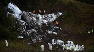 Image copyright                  Getty Images                  Image caption                                      Estas son las primeras imágenes que se conocen del avión accidentado cerca de Medellín que transportaba a la plantilla del club Chapecoense.                                Un avión en el que viajaba el equipo de fútbol brasileño Chapecoense, fi