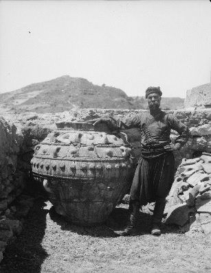 Κρήτη, Φαιστός, ο φύλακας του αρχαιολογικού χώρου. Paul Collart 1926 έως 1938. Πηγή: Liza's Photographic Archive of Greece - Φωτογραφικά άλμπουμ της Ελλάδας.