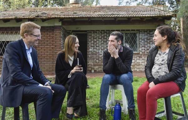 Vidal y Curutchet visitaron a una familia de Ituzaingó que compró su primera vivienda con un crédito del Banco Provincia