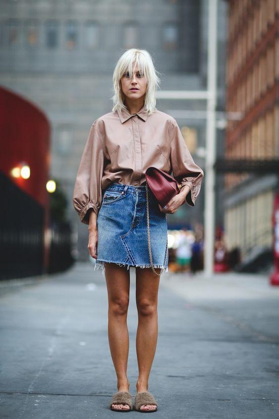 Camisa de cetim rose, saia jeans com barra desfiada, slide felpudo com pelinhos