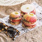Viipaloi omenat ja lusikoi niiden väliin maapähkinävoita, suklaa- ja hasselpähkinärouhetta ja ihana omenaherkku on valmis 🍏  Resepti: @seura_lehti  #ruokafi #seuralehti #ruoka #resepti #jälkiruoka #omena #maapähkinävoi #piknik