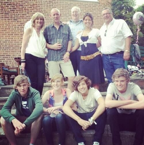 1D Updates Asia @1DAsiaCrew  Bottom row:matty, ella, Harry and Ben,  Top row:      Dee, Mike Selley, Anne and Robin Twist  Junll2012
