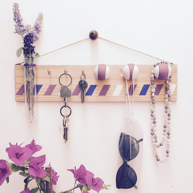 Purple touch! Even my home keys are looking nicer now! 😊💜 #diy #diydecor #diyproject #diylove #handmade #maiscorporfavornognt #facavocemesmo #euquefiz #artesanato #decor #decoracao #decoracaoafetiva #roxo #purple #lavanda #lavander #portachaves #keyhanger #keys #cute #ambientacao #flores #flowers #finishedproject #sunglasses #oculosdesol #rayban #moodoftheday #picoftheday #architectlife