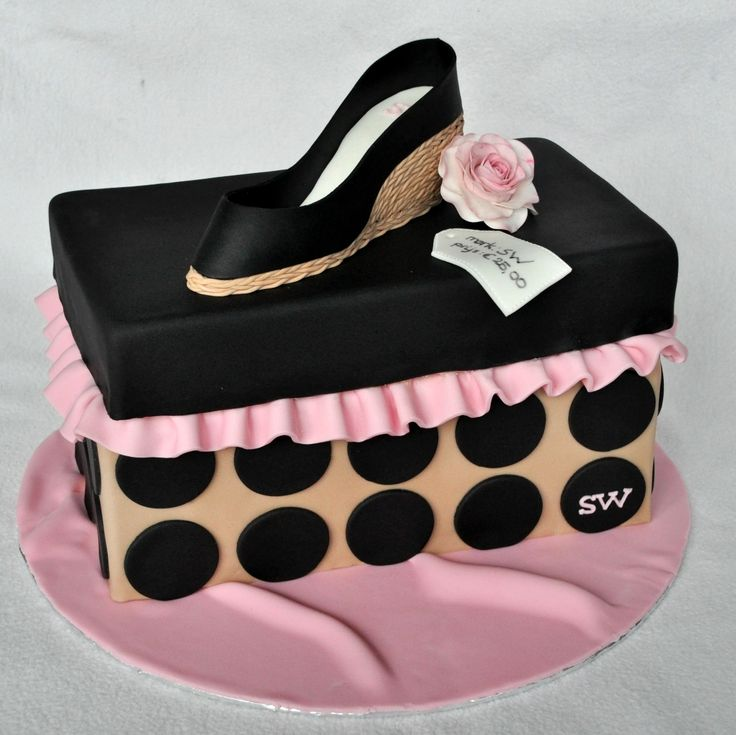 Schoenendoos taart, met schoen met sleehak. Zwart, taupe en licht roze.
