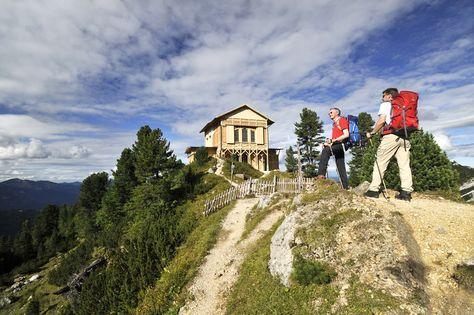 Über das Reintal zur Zugspitze. Leichte 2-Tageswanderung mit Hüttenübernachtung auf dem Weg der Erstbesteiger. 1 Tag: Von Garmisch-Partenkirchen(720m) durch die Partnachklamm ins Reintal zur Reintalangerhütte zur Knorrhütte(2050m ) Gehzeit ca. 4 – 5 Stunden. 2 Tag: Von der Knorrhütte zum Zugspitzblatt und zum Gipfel der Zugspitze(2963m) Gehzeit ca. 5,5 Stunden, Talfahrt mit der Bergbahn.
