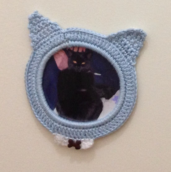 Cadre au crochet chat bleu