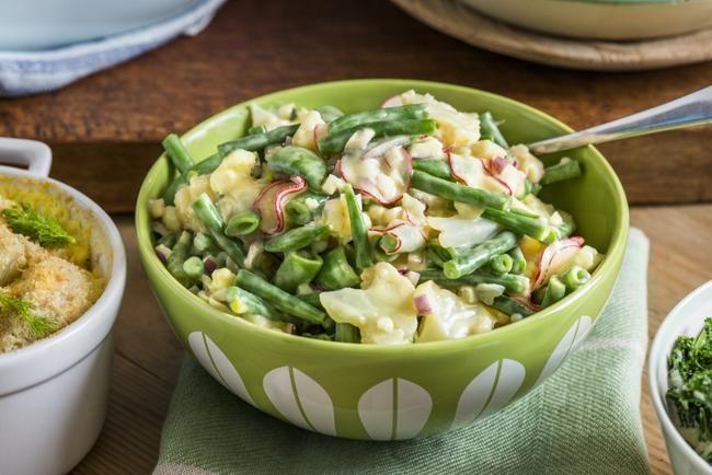 Grønnsaker i sennepskrem Denne friske bønne- og blomkålsalaten passer til alle typer kjøtt. Den fyldige sennepskremen løfter salaten både vi...