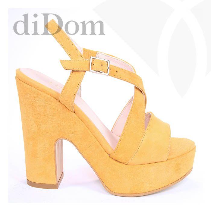 Sandalias en color mostaza. Perfectas para dar un toque de color a tu look. Color exclusivo de nuestra tienda