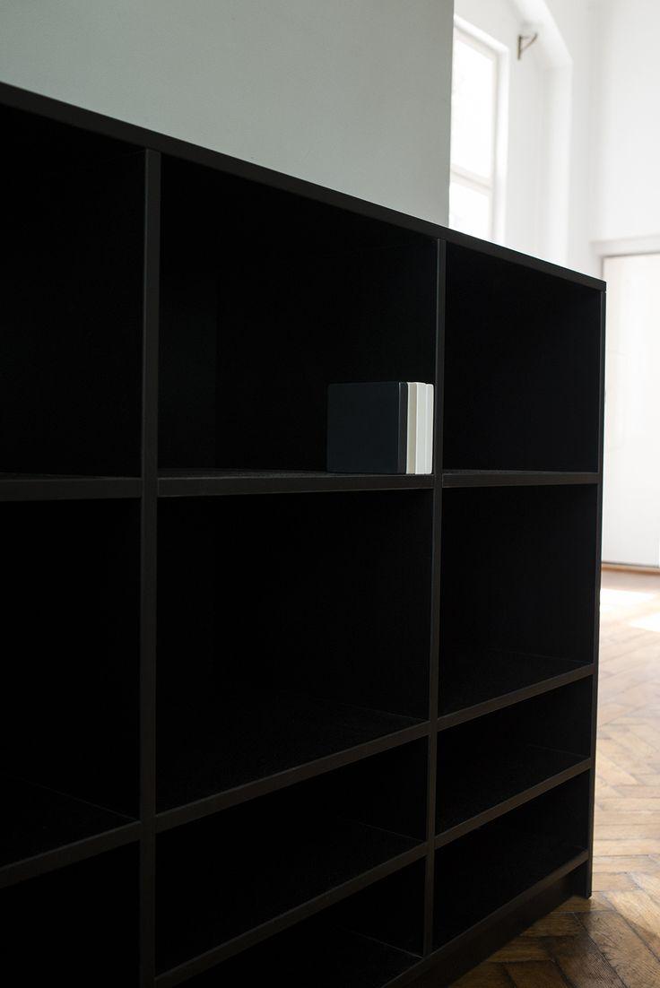 Czarny regał do biura na segregatory. Ewodd.com