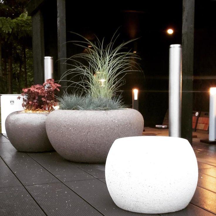 Fioriere in cemento o pietra di marmo per proteggere gli spazi pubblici e decorare i vostri giardini. Prodotte in Italia da Bellitalia. #bellitalia #arredo #urbano #giardino #fioriere #grandi #cemento