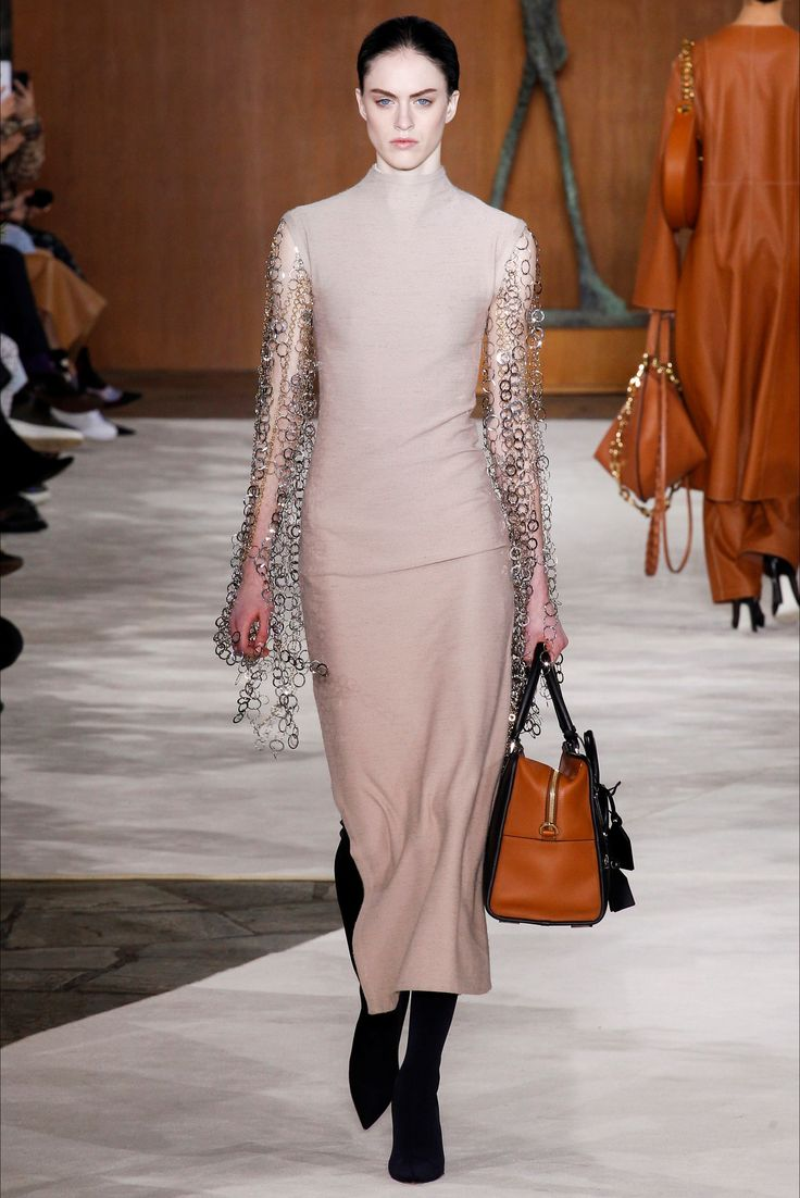 Guarda la sfilata di moda Loewe a Parigi e scopri la collezione di abiti e accessori per la stagione Collezioni Autunno Inverno 2016-17.