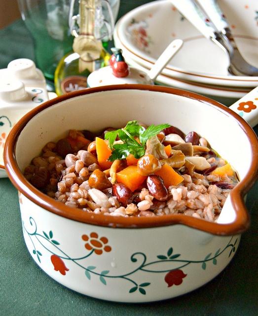 Zuppa di fagioli e farro con zucca, funghi porcini e olio tartufato | #vegan #vegetarian