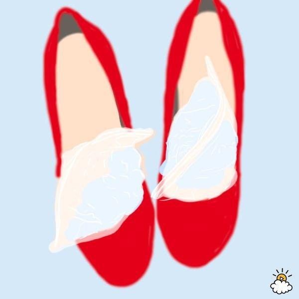 Si tu zapato te aprieta y necesitas ganar casi un número, puedes hacerlo con este truco. Llena de agua dos bolsa zip y acomódalas en la puntera de tu zapato, después introduce en el congelador.   Conforme el agua se congele expandirá su tamaño y ensanchara las paredes de tus zapatos. Pasadas 24 horas, sácalos y deja reposar 20 minutos a temperatura ambiente antes de retirar las bolsas.