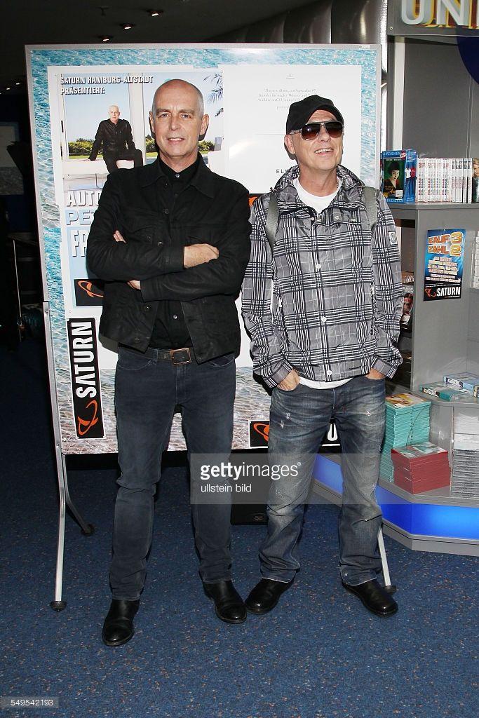 Pet Shop Boys - das britische Electropop-Duo, bestehend aus Neil Tennant und Chris Lowe (l.) bei einer Autogrammstunde im Saturn-Markt in Hamburg.