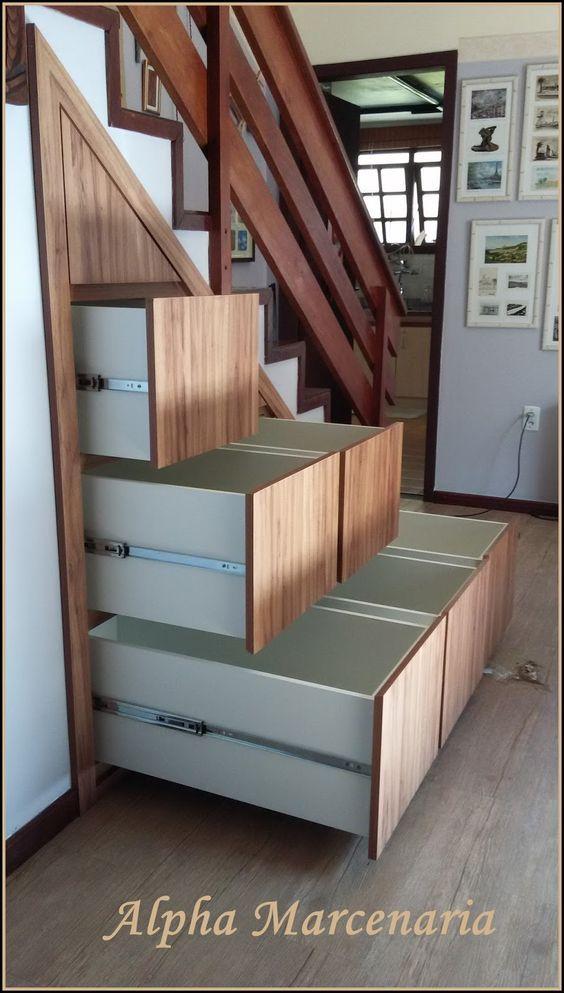 ALPHA MARCENARIA MÓVEIS SOB MEDIDA: Fechamento de vão de Escada com Armário Embutido com Gavetões