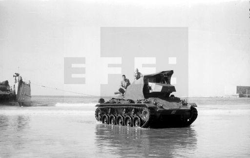 GUERRA DE IFNI: Villa Bens (Cabo Juby), 10-1-1958.- Un buque anfibio desembarca un carro de combate M-24, empleados en la Operación Teide.-EFE/jt