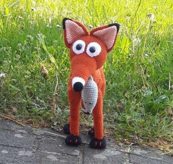 Fuchs Fritzi hat von der Pfote bis zur Ohrspitze eine Höhe von ca. 28 cm und eine Länge von der Nasenspitze bis zum Schwanz von ca. 32 cm. Die Maus gehört mit zur Anleitung. Diese Anleitung ist in PDF Format. Es handelt sich NICHT um die fertige Figur