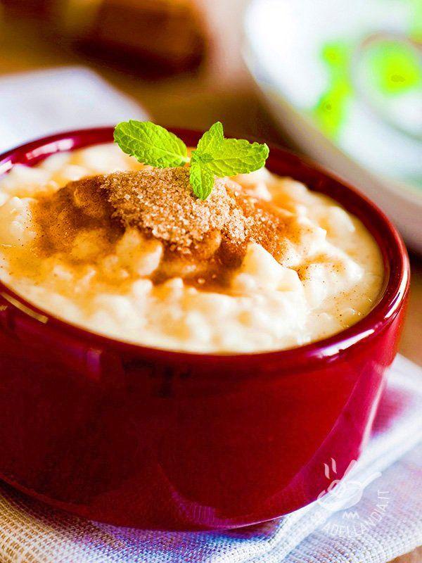 Rice pudding with pears - Il Budino di riso con cannella e pere è un dolce al cucchiaio che regala grande soddisfazione al palato. Servitelo guarnito con una fogliolina di menta!