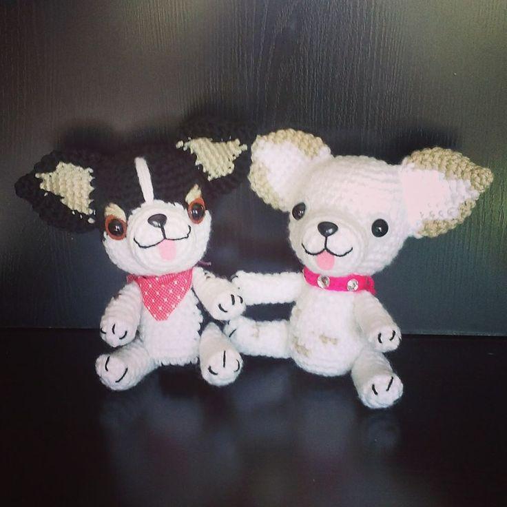 Patrón gratuito de amigurumi de unos adorables perritos chihuahuas de 22 cm. ¡Aprende a tejer con los patrones de Xicotet!