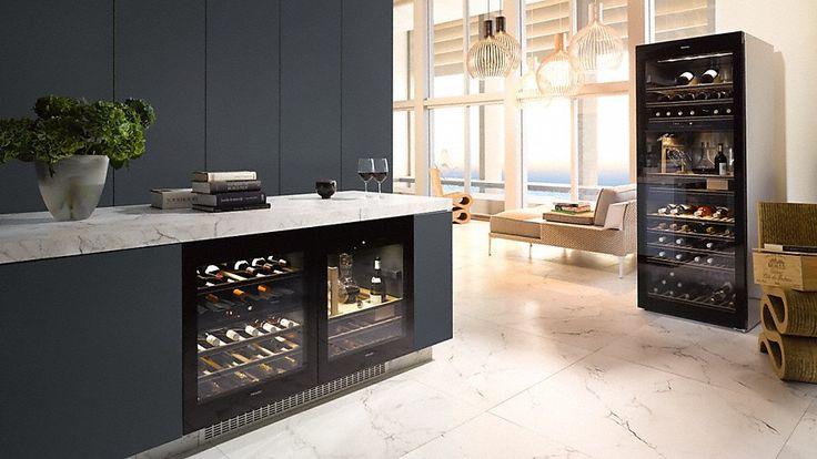 Zwarte keuken met Miele inbouwapparatuur en Miele onderbouw wijnklimaatkast in kookeiland en vrijstaande hoge Miele wijnklimaatkast #miele #inbouwapparaten #keuken #wijnklimaatkast #wijn