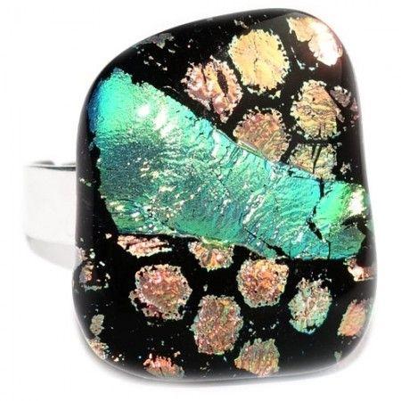Glazen ring van zwart glas met brons/koper en groen-gele accenten van dichroide glas.