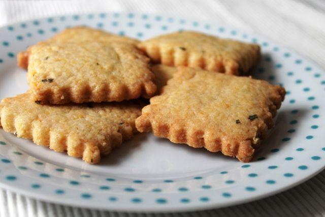 koekjes met tijm en salie bakken, biscuits with thyme and sage