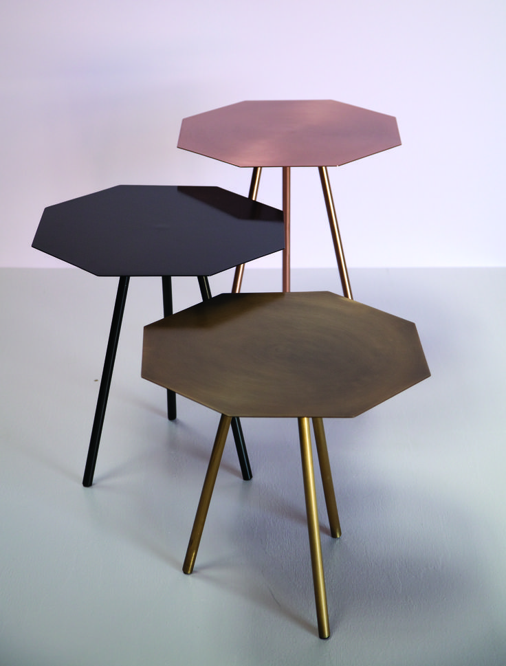 Graphiques, ces tables hexagonales seront aussi à l'aise en guéridon, en table de salon ou de chevet. On adore la version cuivre.