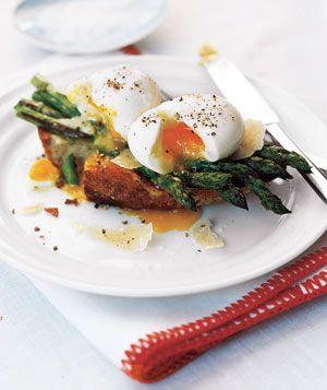 Asparagus and Soft Eggs on Toast (only 348 calories per serving)