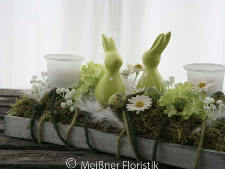 Die Tischdeko Ostern ist ein Gesteck mit Teelichhaltern, man kann die Oster Deko / den Raumschmuck von beiden Seiten anschauen (die Oster Deko hat also keinen undekorativen Rücken).  Gesteckt ist...
