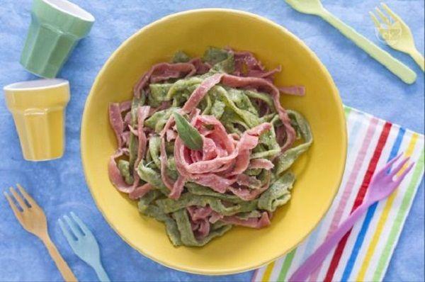 Carnevale   Tagliatelle colorate   Ricetta  http://feeds.blogo.it/~r/Gustoblog/it/~3/aq5Lwff2tZo/carnevale-tagliatelle-colorate-ricetta