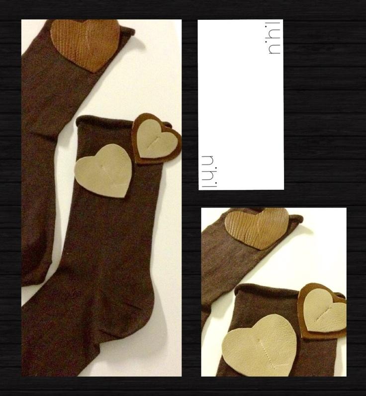 Campionario marchio nihil: calzini in cotone color testa di moro con applicazioni di cuori in vera pelle di agnello, taglia UNICA - Perfetti sia con i tacchi che con sneakers e bikers come da foto - pezzo unico realizzabile anche con varianti su richiesta - #calze #pelle #agnello #sabbia #beige #marrone #ricamo #applicazione #cotone #artigianali #handmade #sartoriale #campionario #nihil #collezione #primavera #estate #2013 #tacchi #biker #sneaker