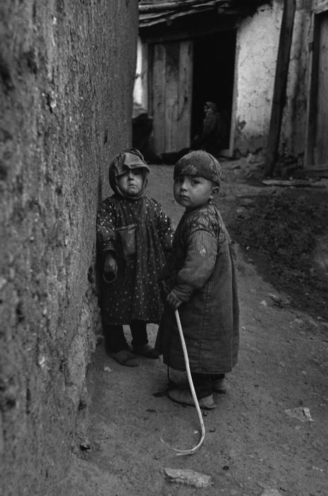 village children in the uludag mountain region near bursa | foto: ara güler