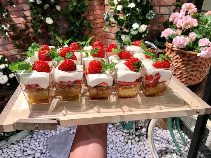 Sommartårta i glas med jordgubbar och brynt smör | Recept från Köket.se