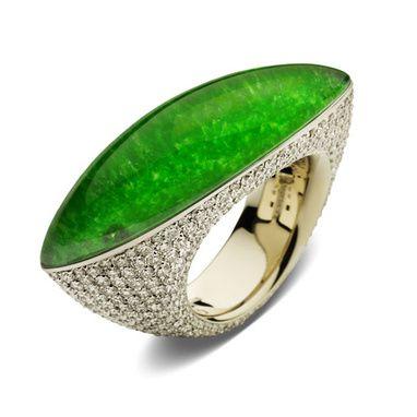 Le joaillier a imaginé un modèle en or blanc et diamants surmonté d'un cabochon de jade 554 diamants de 5.52 carats