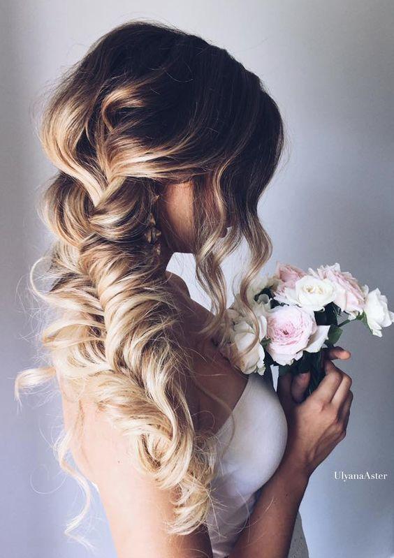 Ideia de penteado para noiva com cabelos longos.