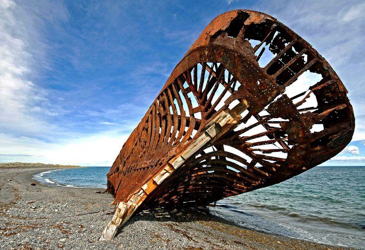 Barca embaixadora. Construida em Londres e logo descartada em 1869. Chegou a Punta Arenas no Chile no ano de 1899, onde foi destinada como pontão pelos 40 anos seguintes. Foi declarado Monumento Historico em 1974.  San Gregorio, região de Magallanes, Chile.  Fotografia: CromagnondePeyrignac no Flickr.