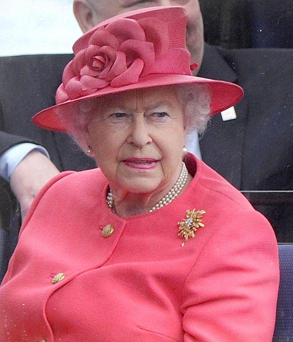 Мы говорим королева – подразумеваем шляпки Спросите любого мужчину, какой должна быть женщина, и он не задумываясь ответит - как королева! А какая она, эта царственная особа? В наше время есть только одна настоящая, ныне здравствующая, самая пожилая и самая стильная - Её Величество королева Англии Елизавета II. В свои годы она по-прежнему выглядит идеально! Британская королева всегда элегантна и всегда в шляпе, подобранной в тон к наряду. Ее стиль безупречен...  Её Величество королева Англии…