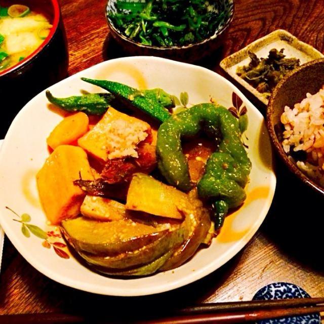 野菜が沢山採れたので留守を目前に野菜を色々食べられるメニューを、と考えたら揚げ浸しに。煮汁たっぷり吸い込んだ高野豆腐はたまらなく美味しい。 - 55件のもぐもぐ - 高野豆腐と自家製獅子唐・茄子・オクラ・人参・茗荷の揚げ浸しのおろし生姜添えとほうれん草の胡麻和えと豆腐と油揚げのお味噌汁とふきのとうの漬物と納豆と大麦入り五穀米 by toki69