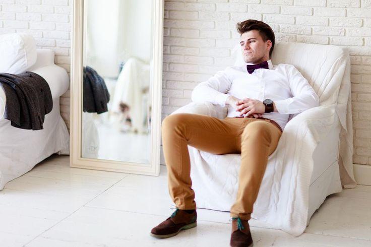 Образ жениха для свадьбы в стиле прованс: коричневые брюки, белая рубашка с фиолетовым галстуком-бабочкой - фото 2344684 Cupcake Photo Studio