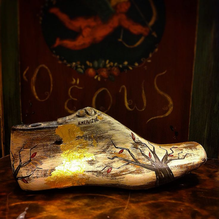 Oak lasts, between 1920 - 1970, crafted with gold leaf, painting & aged retouch.