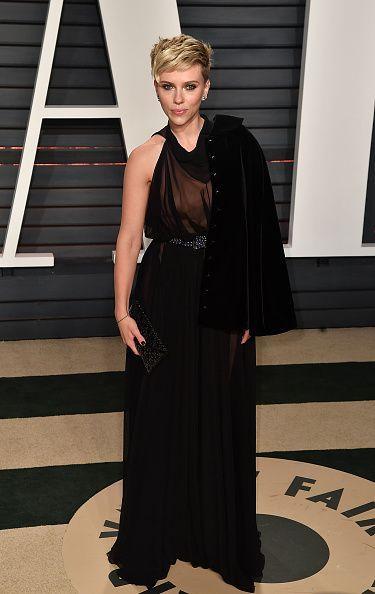 <p>Scarlett Johansson lució un vestido Alaia con ilusión de transparencias en el corpiño y una chaqueta a medio poner. </p>