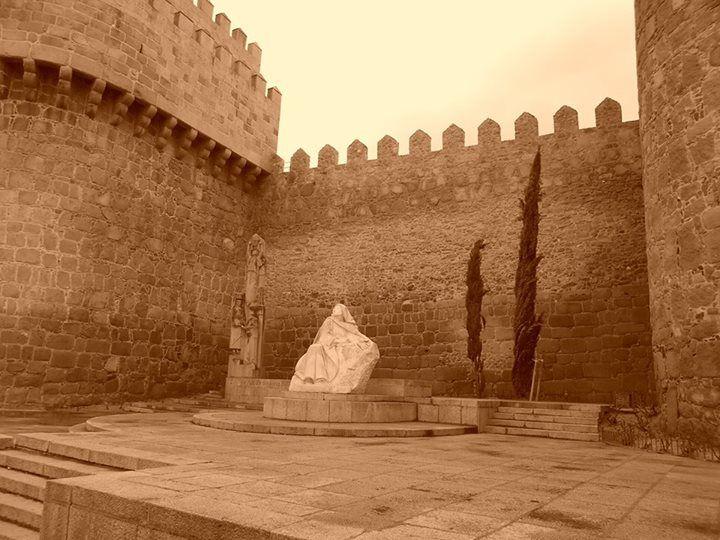 Monumento a Santa Teresa delante de muralla